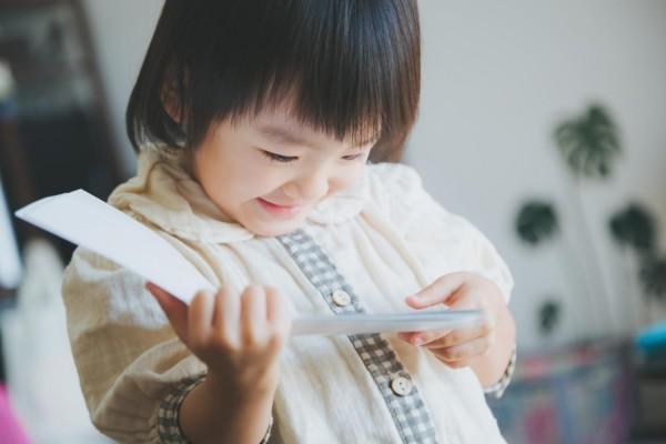 子供が夢中で読書している
